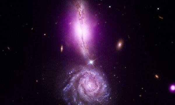 Странное образование из двух галактик