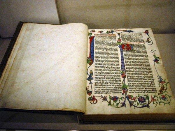 Иллюстрированную Библию от Сальвадора Дали перевыпустили в Чехии